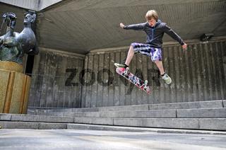 Elfjähriger Skater, macht einen Kickflip, Köln, Nordrhein-Westfalen, Deutschland, Europa