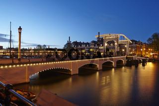 Amsterdam - Zugbrücke in der Abenddämmerung