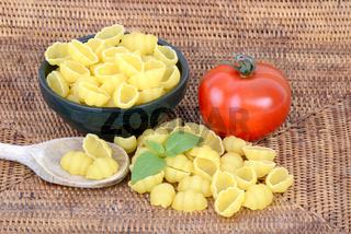 italienische Pasta, Gnocchi , Teigwaren , Nudeln, Tomate, Basilikum