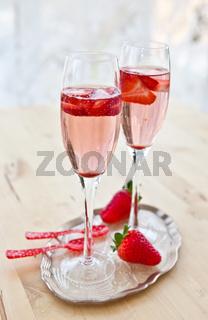 Zwei Gläser mit Champagner und Erdbeeren