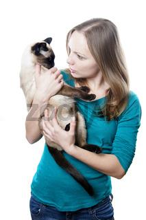 junge Frau schimpft mit Katze