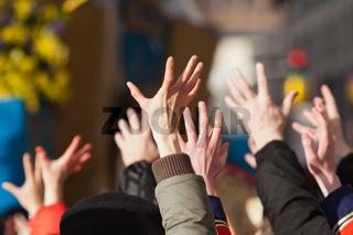 die Menge erhebt ihre Hände