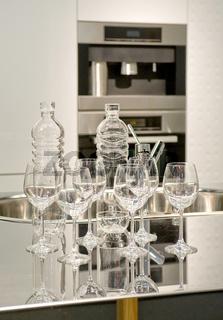 Gläser und Flaschen an einem Spülbecken Glasses and bottles on a