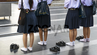 Schuelerinnen am Ganesha-Schrein, Bangkok