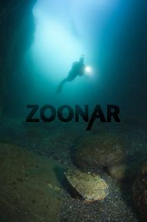 Taucher in Unterwasser-Hoehle