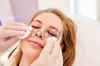 Kosmetiker bei professioneller Hautreinigung