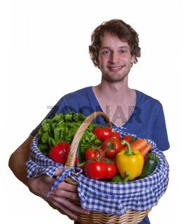 Junger Mann mag Obst und Gemüse