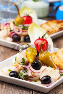 Griechischer Salat von gegrilltem Tintenfisch