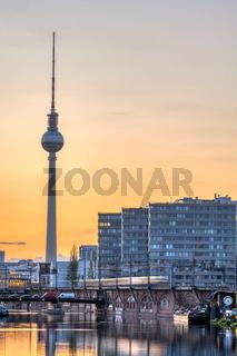 Der imposante Fernsehturm und die Spree in Berlin
