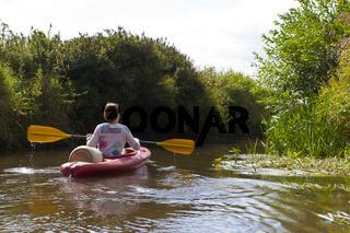 Frau in Kajak auf Fluss
