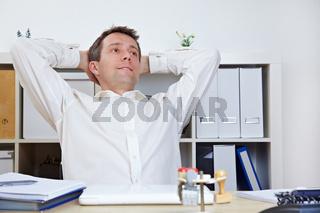 Manager im Büro lehnt sich zurück