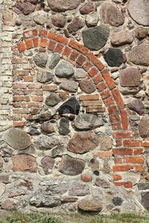 Vermauertes Spitzbogenportal einer mittelalterlichen Dorfkirche