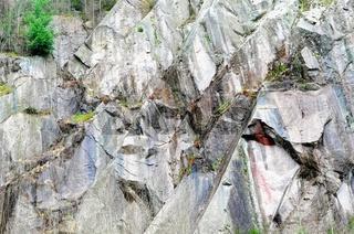 Felsenwand im alten Steinbruch