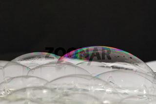 viele seifenblasen auf schwarzen hintergrund