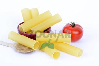 italienische Pasta, Cannelloni , Teigwaren , Nudeln, Tomate, Basilikum