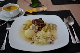 Kuerbiscremesuppe und Schweinebraten