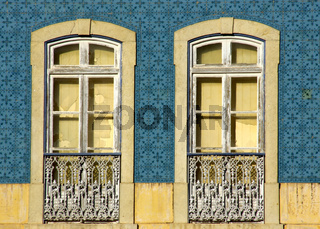 Alte Fenster auf Kachelfassade in Silves, Algarve - Portugal