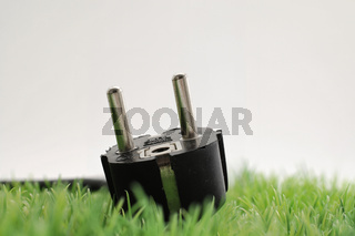 Stecker mit Kabel auf Grün