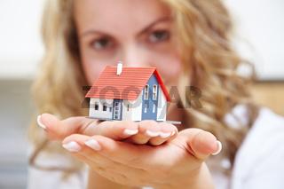 Haus auf Händen tragen
