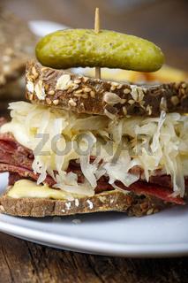 Reuben-Sandwich auf rustikalem Holz