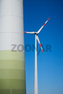 zwei Windkraftanlagen im Industriegebiet der Stadt Magdeburg