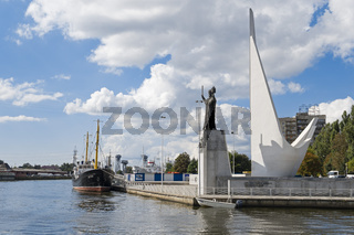 Denkmal für die Fischer und Statue Nikolaus des Wundertäters am Pregel, Kaliningrad, Russland