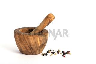 Moerser aus iranischem Olivenholz, verschiedene Pfefferkoerner,