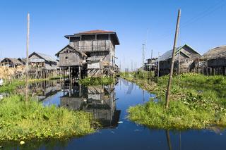 Pfahlbauten in Dorf auf dem Inle See, Myanmar, Asien