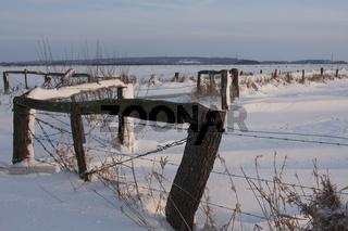 Schneebedeckte Felder mit Zaun, Ochsenmoor