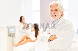 Erfolgreicher Facharzt für ästhetische Chirurgie