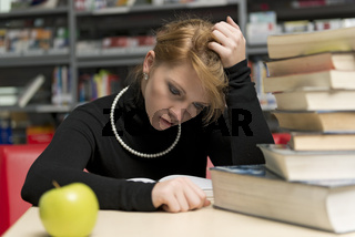 Junge Studentin beim Lesen und Lernen