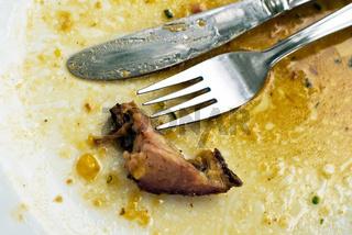 Besteck nach dem Essen auf Teller