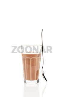 schokoladen milch mit stehendem löffel