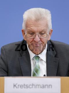 Kretschmann and Lieberknecht give a press conference together.
