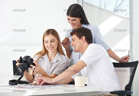 Fotografin im Büro betrachtet Bilder