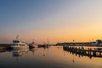 Schiffe im Hafen von Sassnitz auf der Insel Rügen am Abend