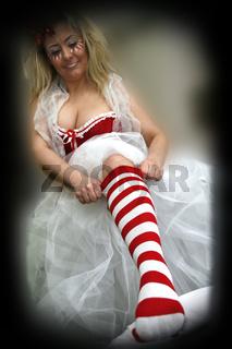 blonde Frau schminkt und verkleidet sich für Karneval