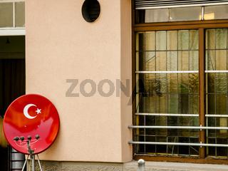 satellitenempfangsschuessel in den farben der tuerkischen nationalflagge