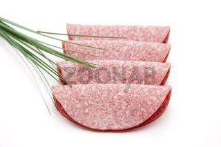 Salami gefaltet und Kräuter