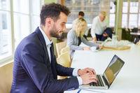 Business Mann im Konferenzraum arbeitet am Computer