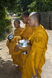 Buddhistische Mönche auf dem täglichen Almosengang (Pindabat)