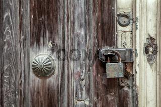 rostiges Türschloss an verwitterter Tür
