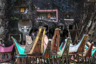 Häuser der Toten vor dem Lo'ko Mata-Felsen in Tana Toraja