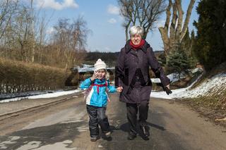 Oma und Enkelin rennen