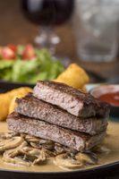 Scheiben eines Steaks mit Pilzsauce