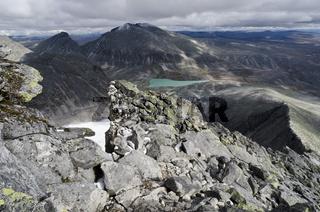 Blick vom Berg Storstyggesvanatinden ins Tal Svanadalen und zum Berg Snoehetta, Dovrefjell-Sunndalsfjella Nationalpark, Oppland