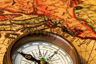Alter Kompass mit Landkarte