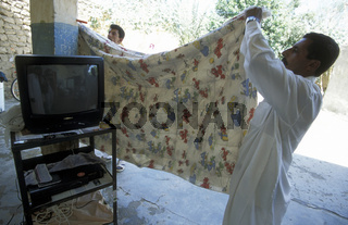 Eine Familie mit einem Fernseher bei Abu Kamal an der Grenze zu Irak im Osten von Syrien.