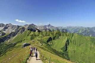 Aufstieg zum Fellhorn, Kanzelwand, 2036 m, Bergstation Kanzelwandbahn, dahinter der Widderstein, 2536 m, Allgäuer Alpen, Vorarlberg, Österreich, Europa
