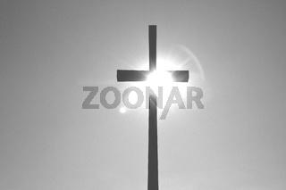 im brennenden Sonnenlicht das Kreuz